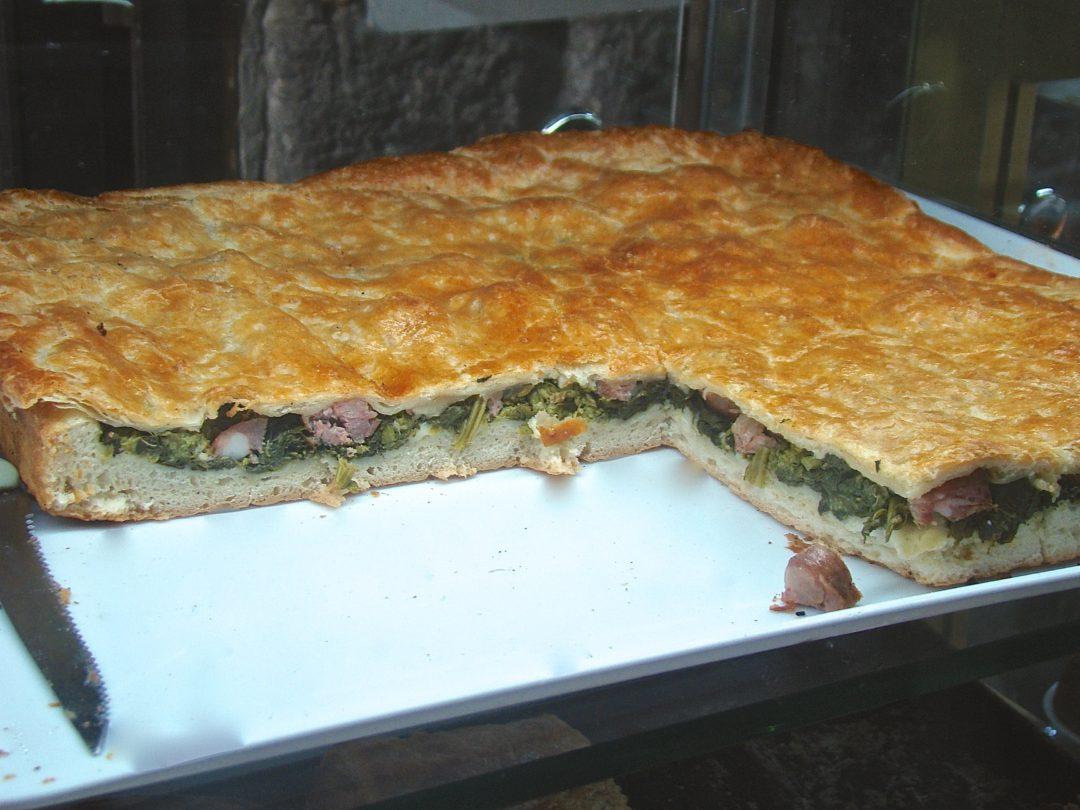 Pizza ripiena salsiccia e friarielli, la ricetta napoletana