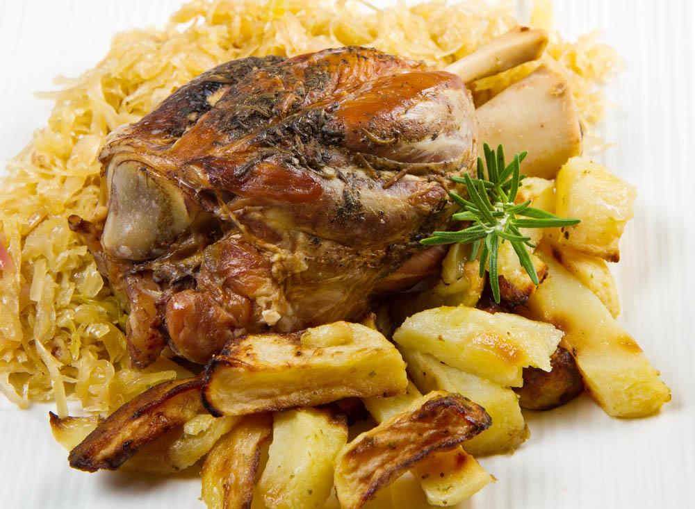 Piatti tipici trentini: Stinco di maiale alla birra con patate e crauti