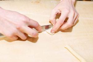Orecchiette fatte in casa con coltello
