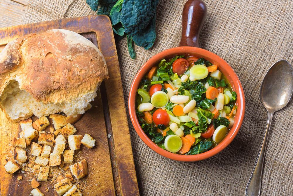 La ribollita, zuppa toscana di verdure e pane raffermo