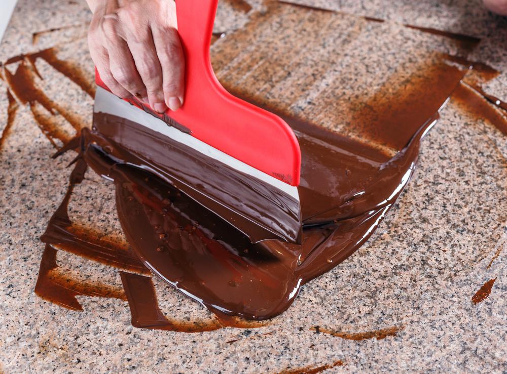 raffreddamento-cioccolato-con-spatola