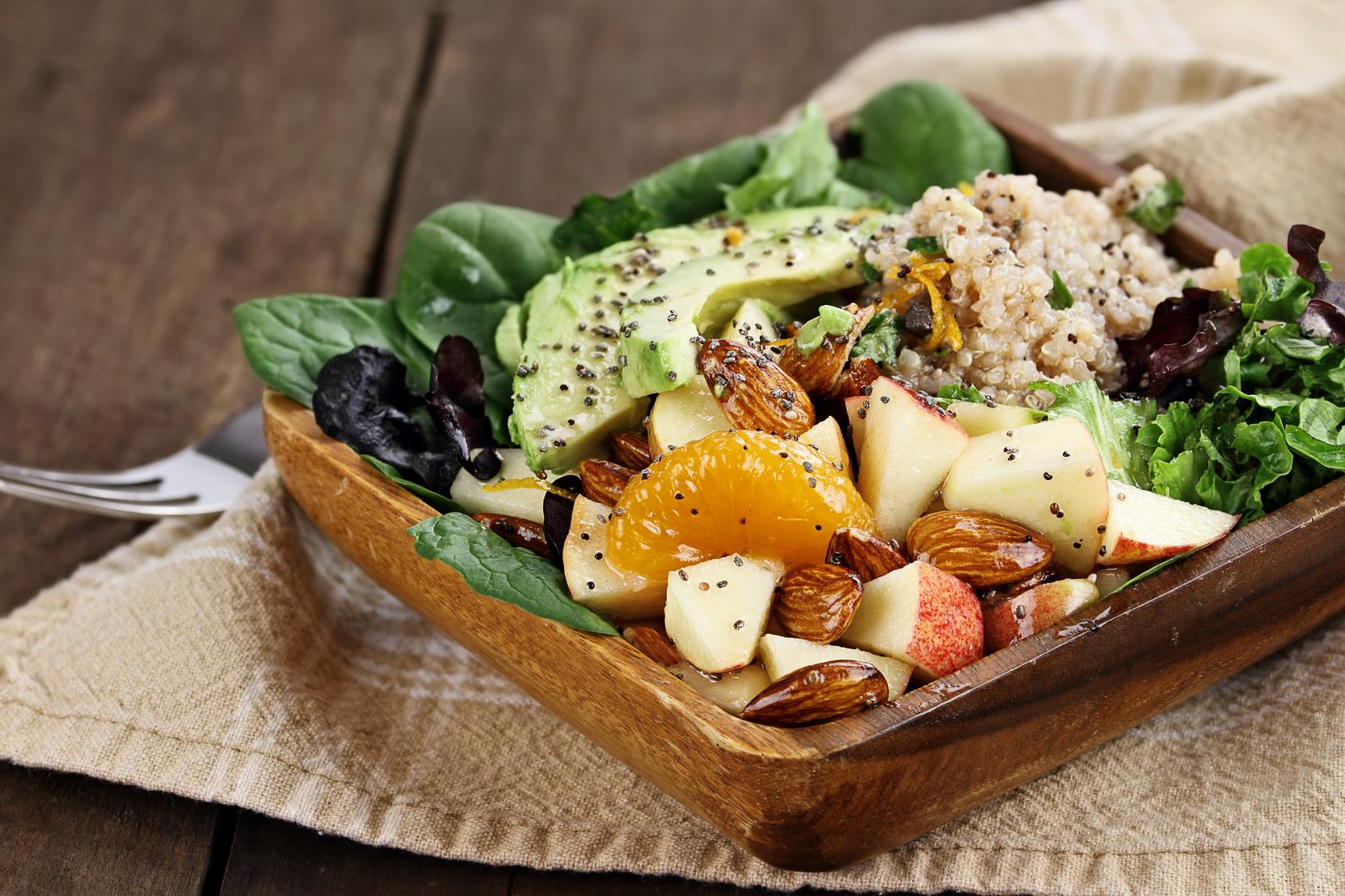 Insalate con frutta secca e semi, fantasia e salute a tavola