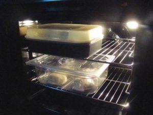 L'impasto della pizza messo a lievitare nel forno spento