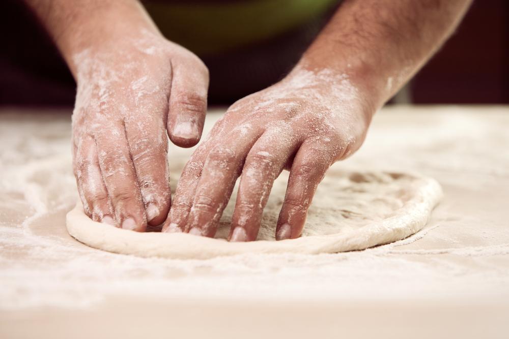 Stendere la pizza napoletana con cornicione